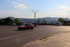 Escultura de bronze gigante da bicicleta em Rose Revolution Square em Tbilisi, Ge?rgia imagens de stock
