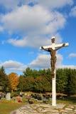 Escultura de bronze de Jesus Christ na cruz de madeira branca no cemitério imagens de stock