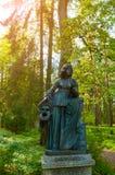 Escultura de bronze de Melpomene - musa da tragédia, com uma máscara trágica Parque velho de Silvia em Pavlovsk, St Petersburg, R imagens de stock