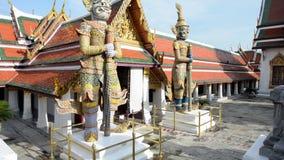 Escultura de Buda del gigante en palacio magnífico y de Wat Phra Kaew
