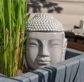 Escultura de Buda en el jardín con la hierba foto de archivo libre de regalías