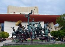 Escultura de Caragealiana delante del teatro nacional, Bucarest, Fotografía de archivo