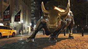Escultura de carga del toro en Nueva York almacen de metraje de vídeo