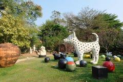 Escultura de cerámica gigante del perro en Thao Hong Thai Ceramic Factory imagen de archivo