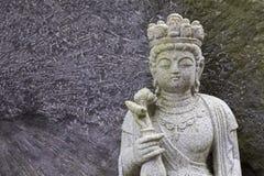 Escultura de cinzeladura de pedra da estátua de buddha no estilo japonês no templo de Japão imagens de stock
