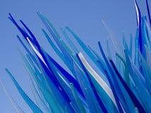 Escultura de cristal azul adornada en azul Fotos de archivo
