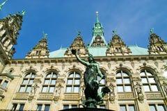 Escultura de encontro a um palácio Foto de Stock Royalty Free