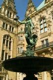 Escultura de encontro a um palácio Foto de Stock