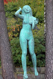 A escultura de escuta da mulher no jardim da escultura de Millesgarden Imagem de Stock Royalty Free