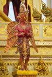 Escultura de Garuda, deus na literatura tailandesa Himmapan foto de stock royalty free