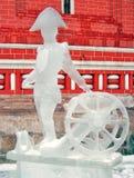 Escultura de gelo de um homem no chapéu do triângulo que está por um canhão Imagens de Stock