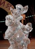 Escultura de gelo do coelho na noite fotografia de stock royalty free