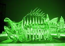 Escultura de gelo do dinossauro verde imagens de stock