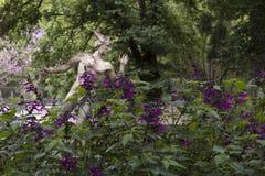 Escultura de Hermes no jardim roxo Imagens de Stock