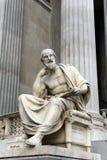 Escultura de Herodotus de Halicarnassus, el edificio del parlamento austríaco imagenes de archivo