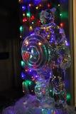 Escultura de hielo de capitán America delante de luces de la Navidad foto de archivo libre de regalías