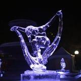 Escultura de hielo en la noche Imagen de archivo libre de regalías