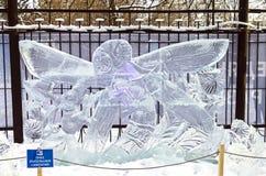 Escultura de hielo - libélula y hormiga Imagen de archivo libre de regalías