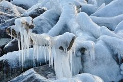 Escultura de hielo natural a lo largo de la orilla del lago Fotografía de archivo