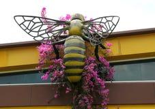 Escultura de Honey Bee del gigante en el edificio de Honey Farm Imagen de archivo