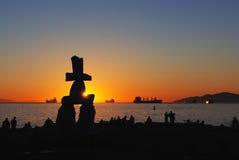 Escultura de Inukshuk en la puesta del sol Fotografía de archivo