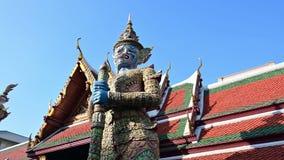 escultura de 4K Buda del gigante en palacio magnífico y de Wat Phra Kaew almacen de metraje de vídeo
