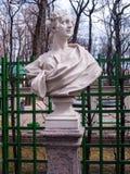 Escultura de la alegoría de la primavera en el jardín i del verano del parque Imágenes de archivo libres de regalías