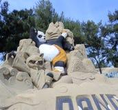 Escultura de la arena de la panda del kung-fu Fotografía de archivo libre de regalías