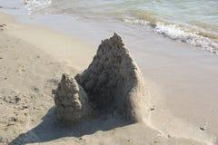 Escultura de la arena El palacio por el mar imagenes de archivo