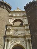 escultura de la Bajo-puerta en el castillo medieval imagen de archivo libre de regalías
