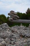 Escultura de la balanza de la roca Fotografía de archivo
