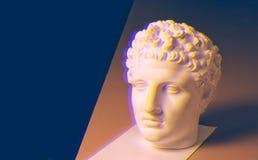 Escultura de la cabeza del yeso, retrato de un hombre joven, escultura clásica del busto para el dibujo académico, fondo oscuro imagen de archivo