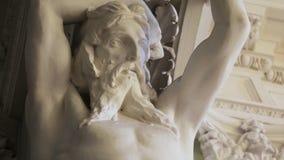 Escultura de la cariátide del hombre de mármol de piedra cariátide Estatua masculina antigua del cuerpo perfecto humano fotografía de archivo libre de regalías