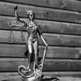 Escultura de la diosa de los themis, del femida o de la justicia encendido foto de archivo
