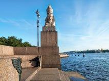 Escultura de la esfinge en el terraplén de Neva River en t Fotos de archivo libres de regalías