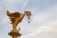 Escultura de la estatua del ángel de la lámpara de Tailandia en el templo Foto de archivo