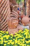 Escultura de la loza de barro en jardín Imagen de archivo