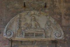Escultura de la medicina en las ruinas de 1000 años de la abadía de los sint-baafs Fotografía de archivo