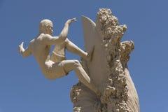 Escultura de la persona que practica surf Kelly Slater en la playa la Florida los E.E.U.U. del cacao fotografía de archivo