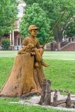 Escultura de la pesca del muchacho y del perro en la charca de la theta Imagenes de archivo