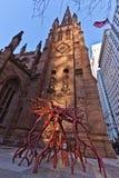 Escultura de la raíz e iglesia de trinidad en New York City Foto de archivo libre de regalías
