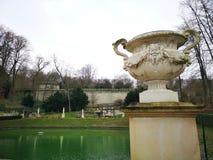 Escultura de la taza y detalles tranquilos de la fuente de agua en el ámbito nacional del parque de Saint Cloud fotos de archivo