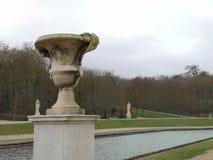 Escultura de la taza y detalles tranquilos de la fuente de agua en el ámbito nacional del parque de Saint Cloud imágenes de archivo libres de regalías