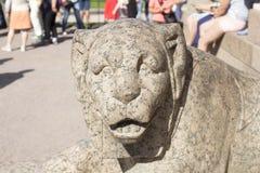 Escultura de leones en St Petersburg fotos de archivo