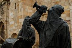 Escultura de los monjes del capuchón en Palencia, España Foto de archivo libre de regalías