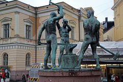 Escultura de los tres herreros en Helsinki, Finlandia imagenes de archivo