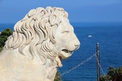 Escultura de mármol del león Parquee y las montañas cerca del palacio de Vorontsov, Crimea Imagen de archivo