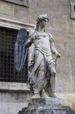 Escultura de mármol de un ángel con las alas de bronce de Raffaello da Montelupo foto de archivo