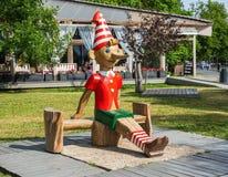Escultura de madeira de Buratino (russo Pinocchio) no parque fotografia de stock royalty free