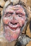 Escultura de madeira da árvore: Close-up da cara cinzelado na madeira, feito a mão Fotos de Stock